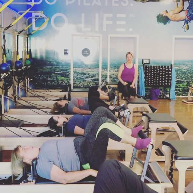 Bridging!! So yummy for us. I incorporate this sometimes in my foot work. Here we are with feet apart on the foot bar, and instead of pushing the carriage away - we lift into a shoulder bridge keeping the carriage at home throughout 🏼 #bridges #bridging #reformer #spinearticulation #calves #glutes #abs #oohcramp  #clubpilates