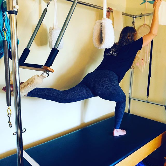 Two in one. On the Pilates Cadillac getting a massive hip stretch (straighten that back leg!), while doing a squat with the other leg. Feels ohhhh so good!#pilatescadillac #hip #hipstretch #hipflexors #bootywork #butt #squat #stretch #muscle #iliopsoas #gracefulpilates #pilates